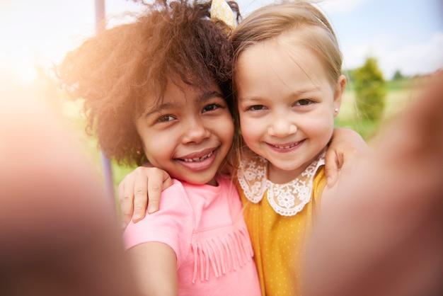 Nahaufnahme von kleinen schönen kindern, die spaß zusammen haben