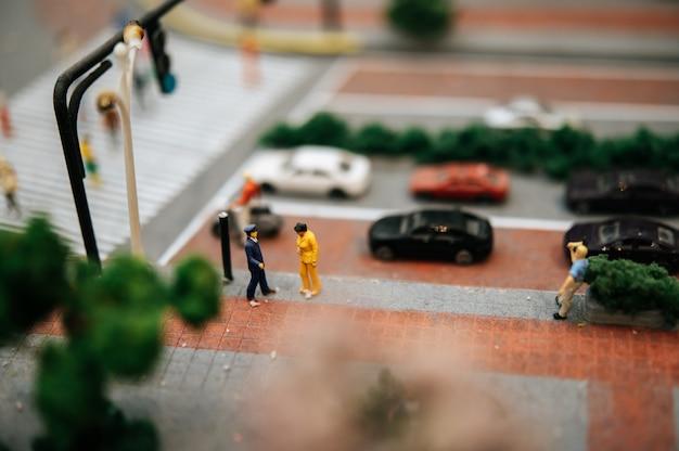 Nahaufnahme von kleinen verkehrspolizei inspizieren autofahrer.