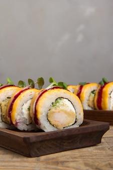 Nahaufnahme von köstlichem japanischem essen mit sushi-rolle