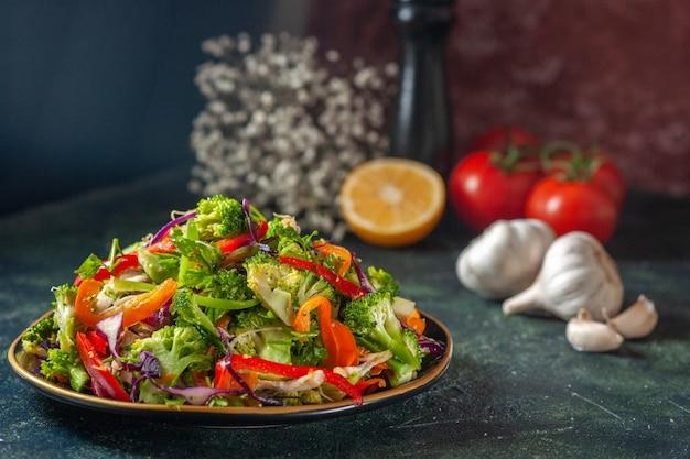 Nahaufnahme von köstlichem veganem salat mit frischen zutaten in einem teller