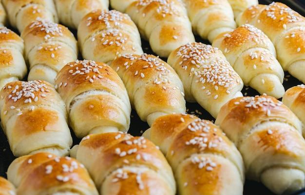 Nahaufnahme von köstlichen kleinen croissants aus dem ofen genommen - perfekt für einen lebensmittel-blog