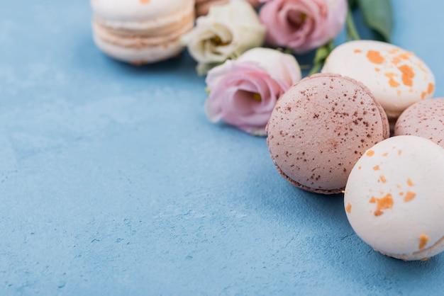 Nahaufnahme von köstlichen macarons mit rosen