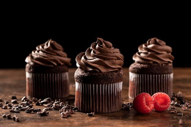 Nahaufnahme von köstlichen schokoladencupcakes mit himbeere