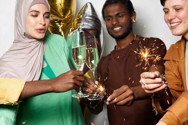 Nahaufnahme von kollegen, die mit getränken feiern Kostenlose Fotos