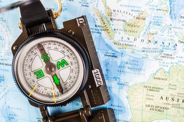 Nahaufnahme von kompass auf der karte