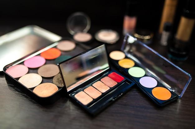 Nahaufnahme von kosmetikwimperntusche und verschiedenen make-up-farben