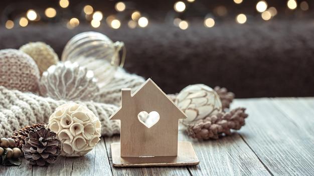 Nahaufnahme von kugeln auf einem weihnachtsbaum und weihnachtsdekor auf einem unscharfen dunklen hintergrund mit bokeh.
