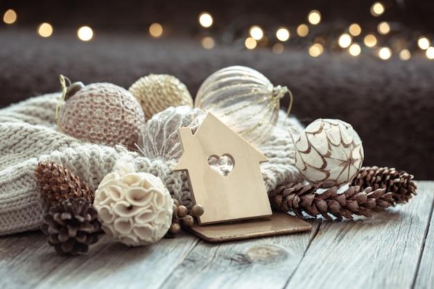 Nahaufnahme von kugeln auf einem weihnachtsbaum und weihnachtsdekor auf einem verschwommenen dunklen hintergrund mit bokeh.