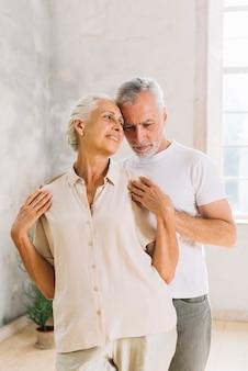Nahaufnahme von lächelnden liebevollen älteren paaren
