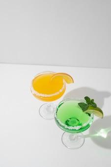 Nahaufnahme von lebensmittelcocktails im hohen glas