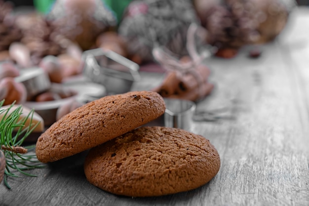 Nahaufnahme von leckeren keksen auf holzoberfläche