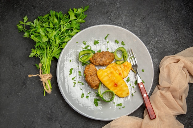 Nahaufnahme von leckeren schnitzel gehacktem gemüse