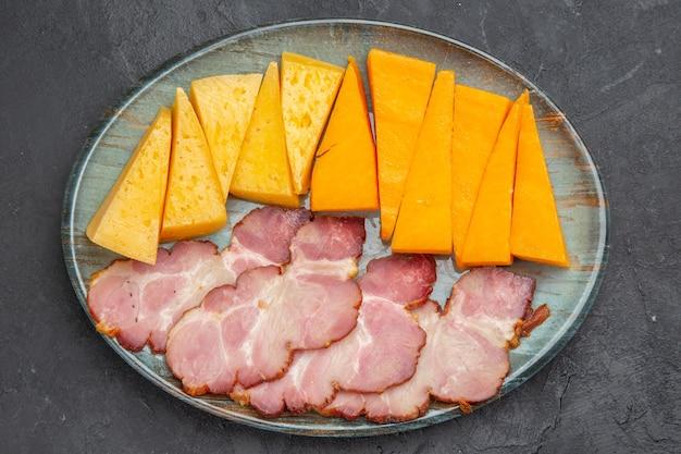 Nahaufnahme von leckeren snacks auf schwarzem hintergrund