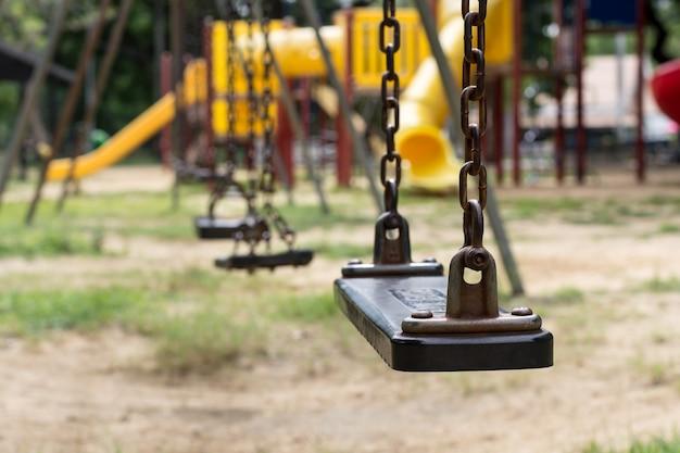 Nahaufnahme von leeren schaukeln auf dem spielplatz.