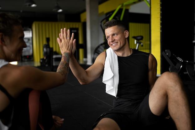 Nahaufnahme von leuten mit high five im fitnessstudio