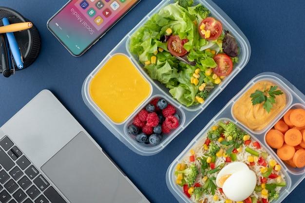 Nahaufnahme von lunchboxen mit leckerem essen Premium Fotos
