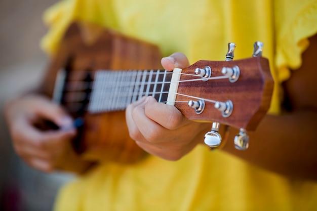 Nahaufnahme von mädchen mit ukulele