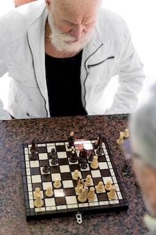 Nahaufnahme von männern, die schach spielen