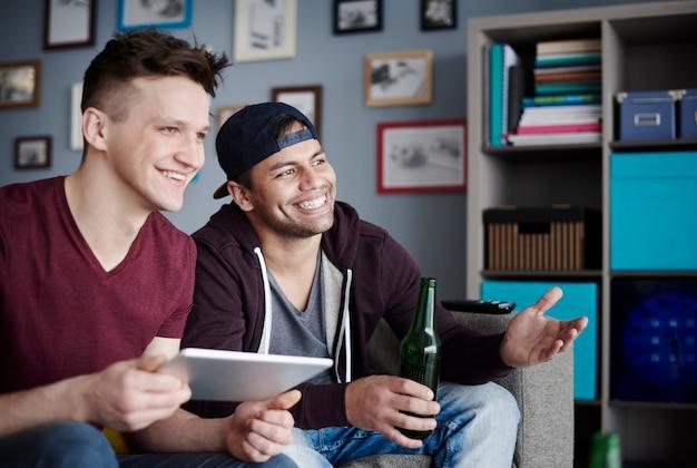 Nahaufnahme von männern mit digitalem tablet und getränk