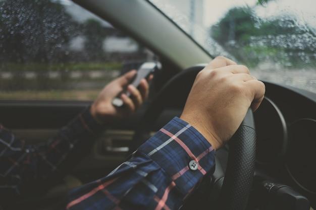Nahaufnahme von mann hände mit telefon während der fahrt ein auto, transport und fahrzeug-konzept