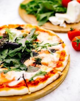 Nahaufnahme von margherita pizza mit rucola gekrönt