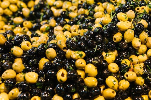 Nahaufnahme von marinierten oliven mit kräutern und gewürzen