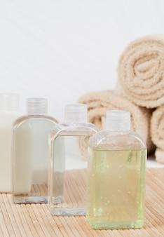 Nahaufnahme von massage-ölen und handtüchern