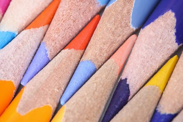 Nahaufnahme von mehrfarbigen angespitzten stiften zum zeichnen. vorschulerziehungskonzept