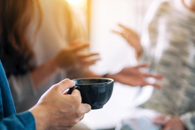 Nahaufnahme von menschen, die es genossen haben, zusammen zu reden und kaffee zu trinken