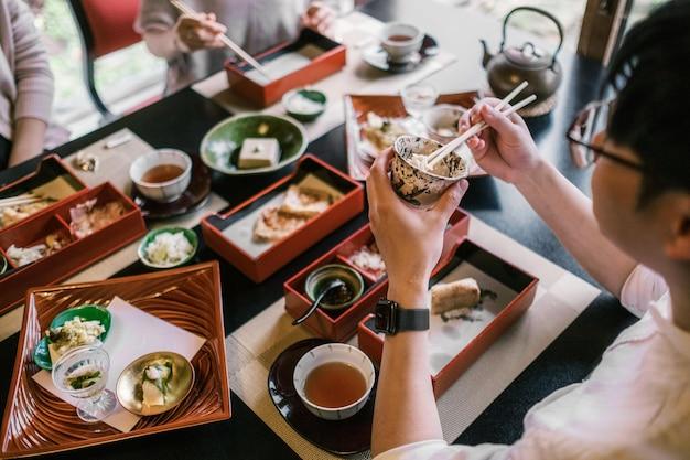 Nahaufnahme von menschen, die zusammen essen