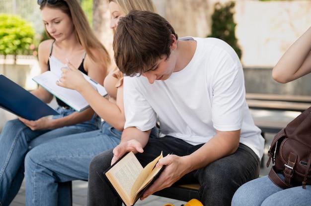 Nahaufnahme von menschen, die zusammen studieren