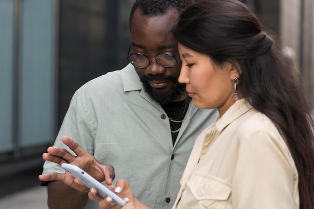 Nahaufnahme von menschen mit smartphone