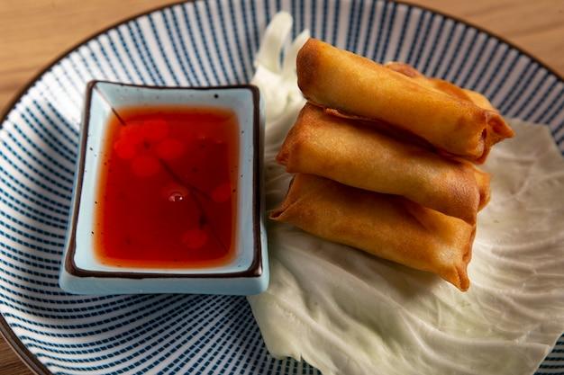 Nahaufnahme von mini-garnelen-frühlingsrollen. orientalische küche