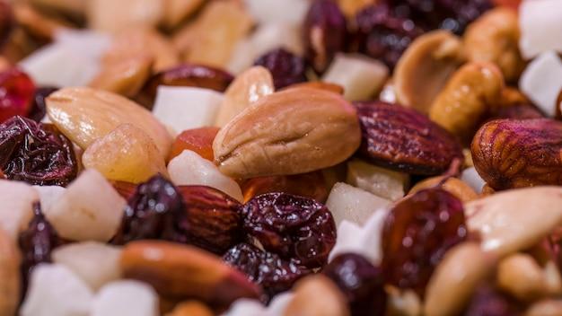 Nahaufnahme von mischnüssen und von früchten