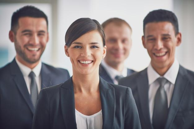 Nahaufnahme von mitarbeitern lachen