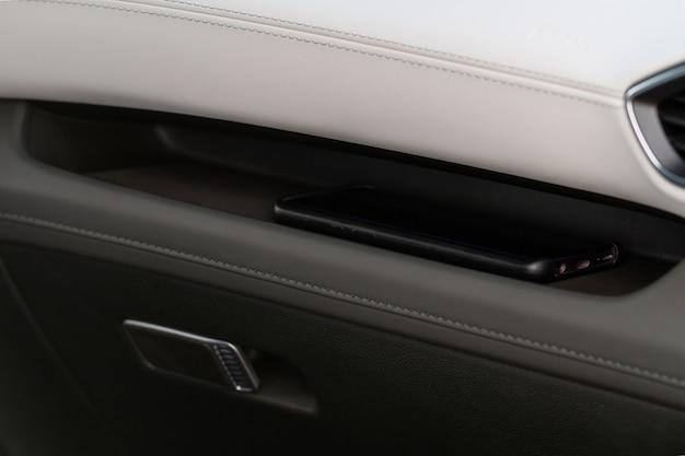 Nahaufnahme von modernen motorhaubendetails. details des automotors. schließen sie die scharniere am auto. motorhaube.