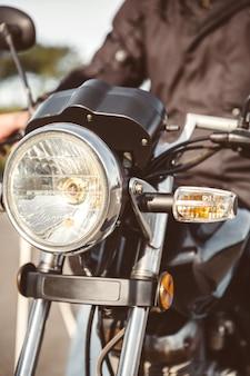 Nahaufnahme von motorradscheinwerfern mit seniorenlenkung