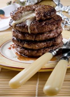 Nahaufnahme von mountain beef burger mit frischkäse verschütten