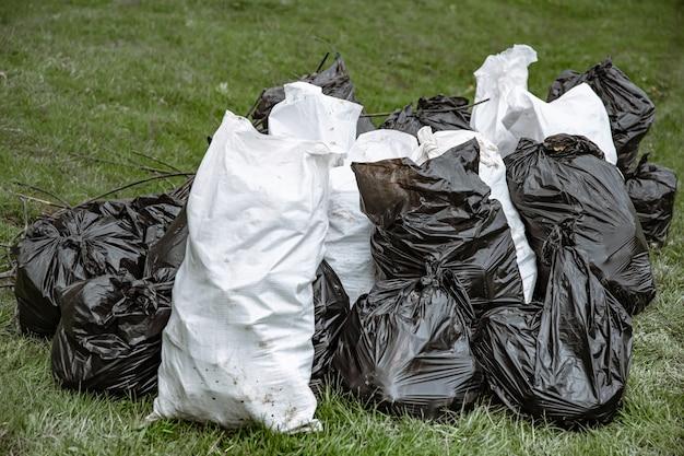Nahaufnahme von müllsäcken, die nach der reinigung der umwelt mit müll gefüllt sind.