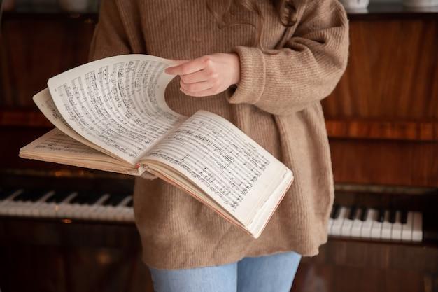 Nahaufnahme von musiknoten in weiblichen händen