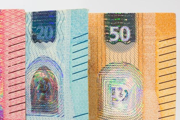 Nahaufnahme von nachrichtenbanknoten von fünfzig und zwanzig euro rechnung.
