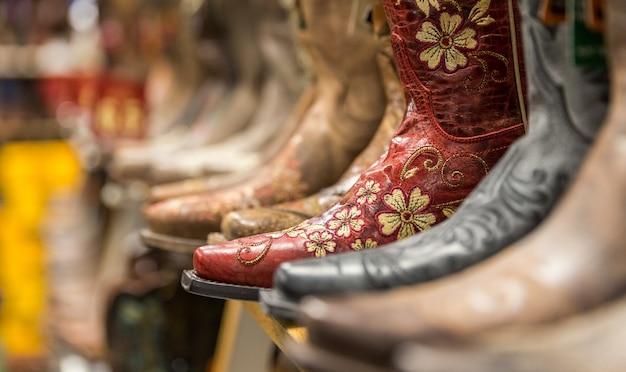 Nahaufnahme von neuen cowboystiefeln auf regal