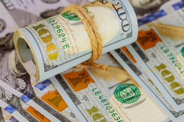 Nahaufnahme von neuen hundert-dollar-scheine haufen