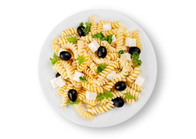Nahaufnahme von nudeln mit oliven und käse in weißem teller