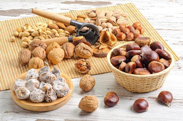 Nahaufnahme von nüssen, cracker und trockenfrüchten auf einer matte