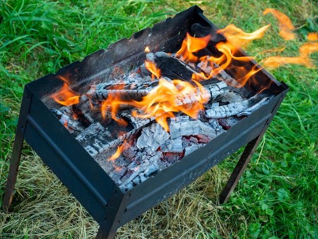 Nahaufnahme von oben auf die im grill brennenden baumstämme