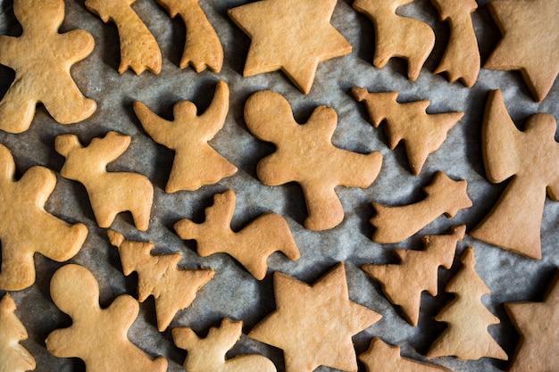 Nahaufnahme von oben auf kekse oder lebkuchen auf dem backpapier