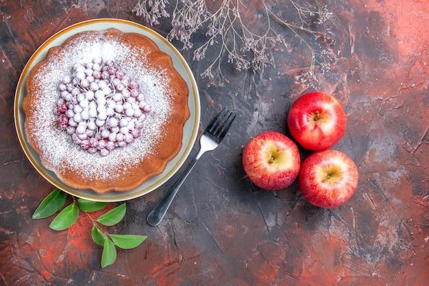 Nahaufnahme von oben ein kuchen eine gabel äpfel verlässt den appetitlichen kuchen mit roten johannisbeeren