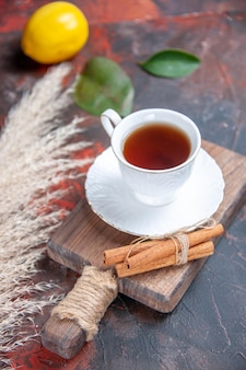 Nahaufnahme von oben eine tasse tee eine tasse tee auf dem schneidebrett zimt zitrusfrüchte