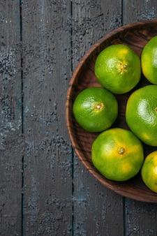 Nahaufnahme von oben grün-gelbe limetten grün-gelbe limetten auf grauem tisch